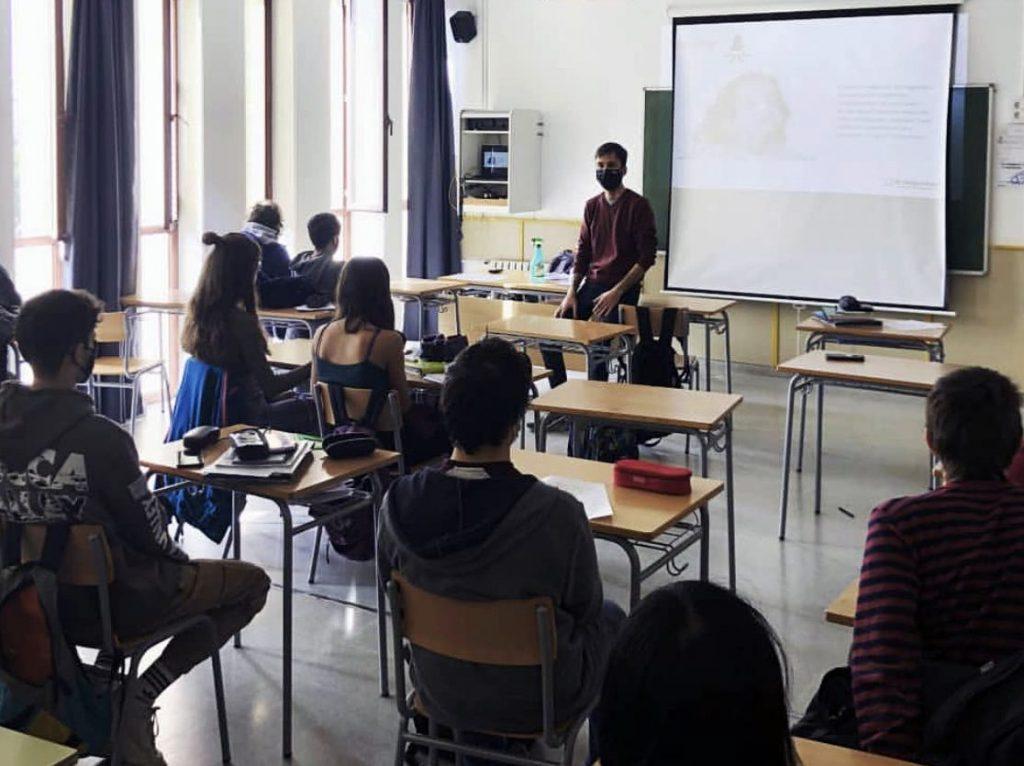 Sessió de gestió de l'estrès en una classe de Batxillerat