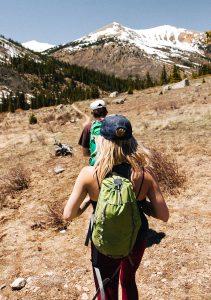 Un noi i una noia fan una travessa per la muntanya